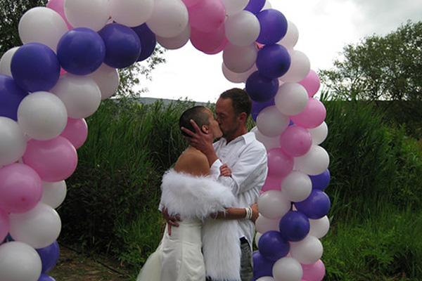 Bruidspaar onder ballonboog