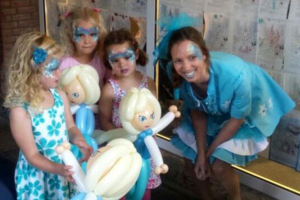 Ingrid van Til op de foto met tevreden kinderen